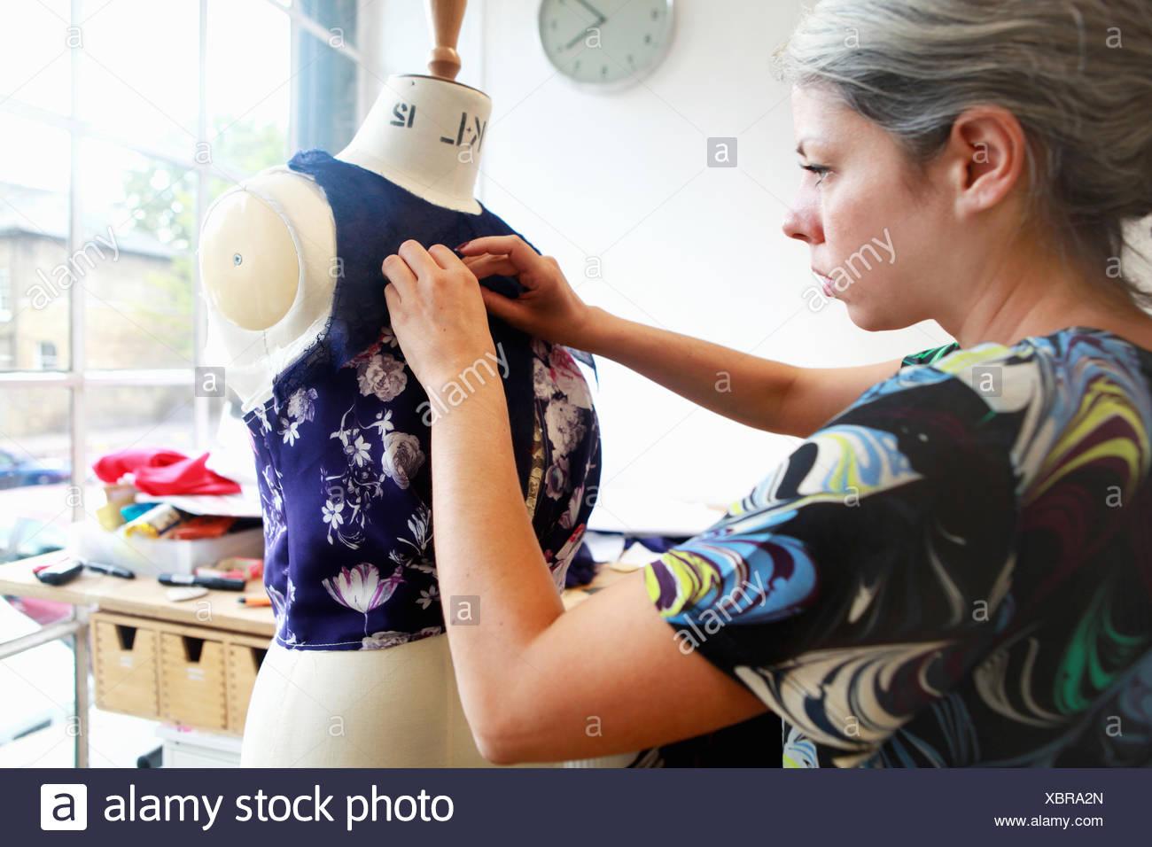 Designer bei der Arbeit im studio Stockbild