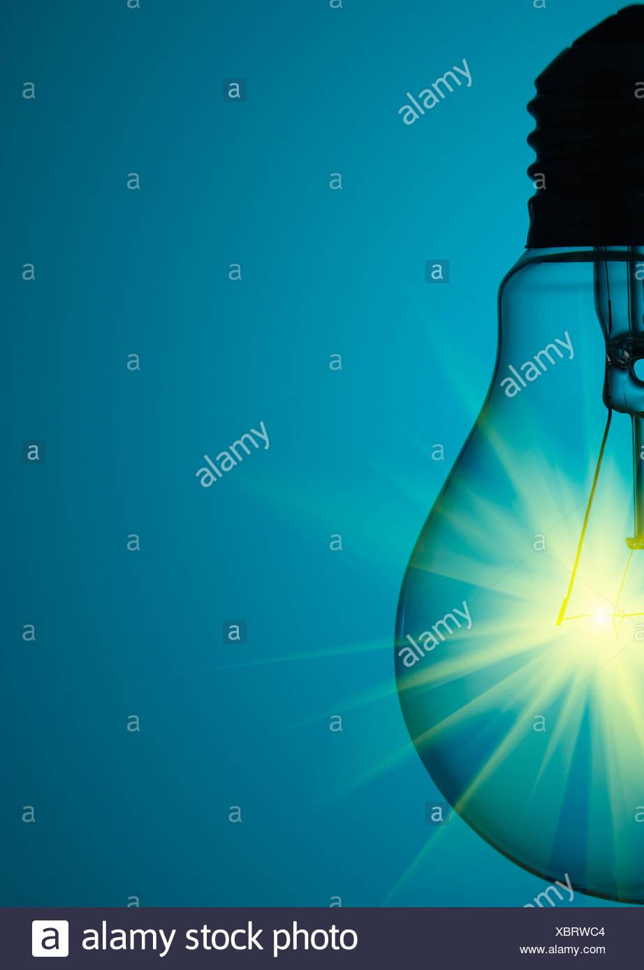 Nahaufnahme von leuchtenden Glühbirne Stockbild