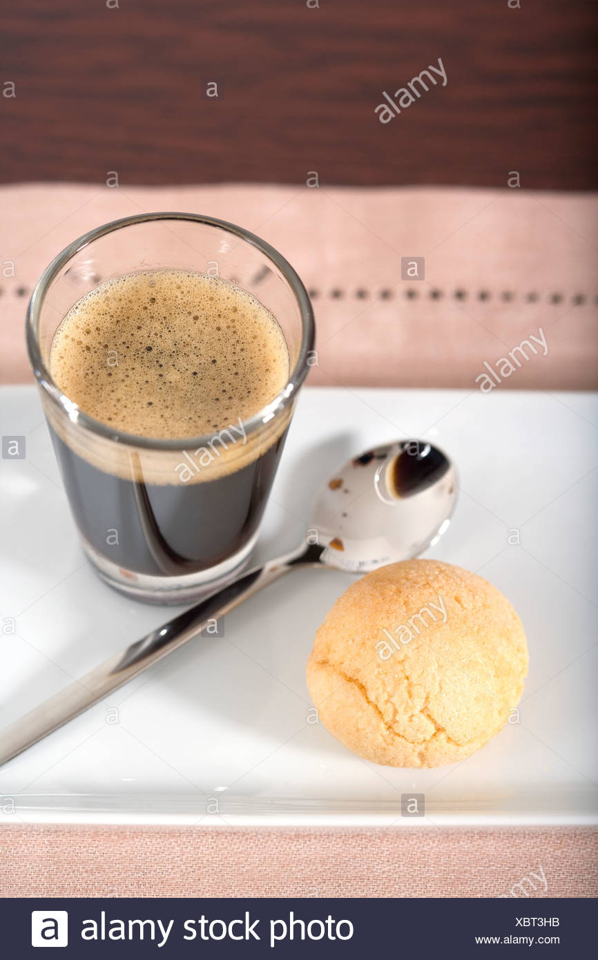 Ein Glas Kaffee Kuchen Und Einem Teeloffel Stockfoto Bild
