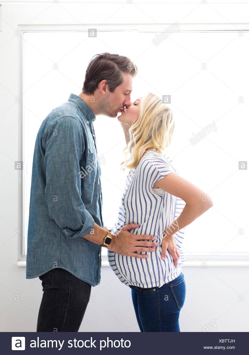 Mann mit schwangeren Frau Stockbild