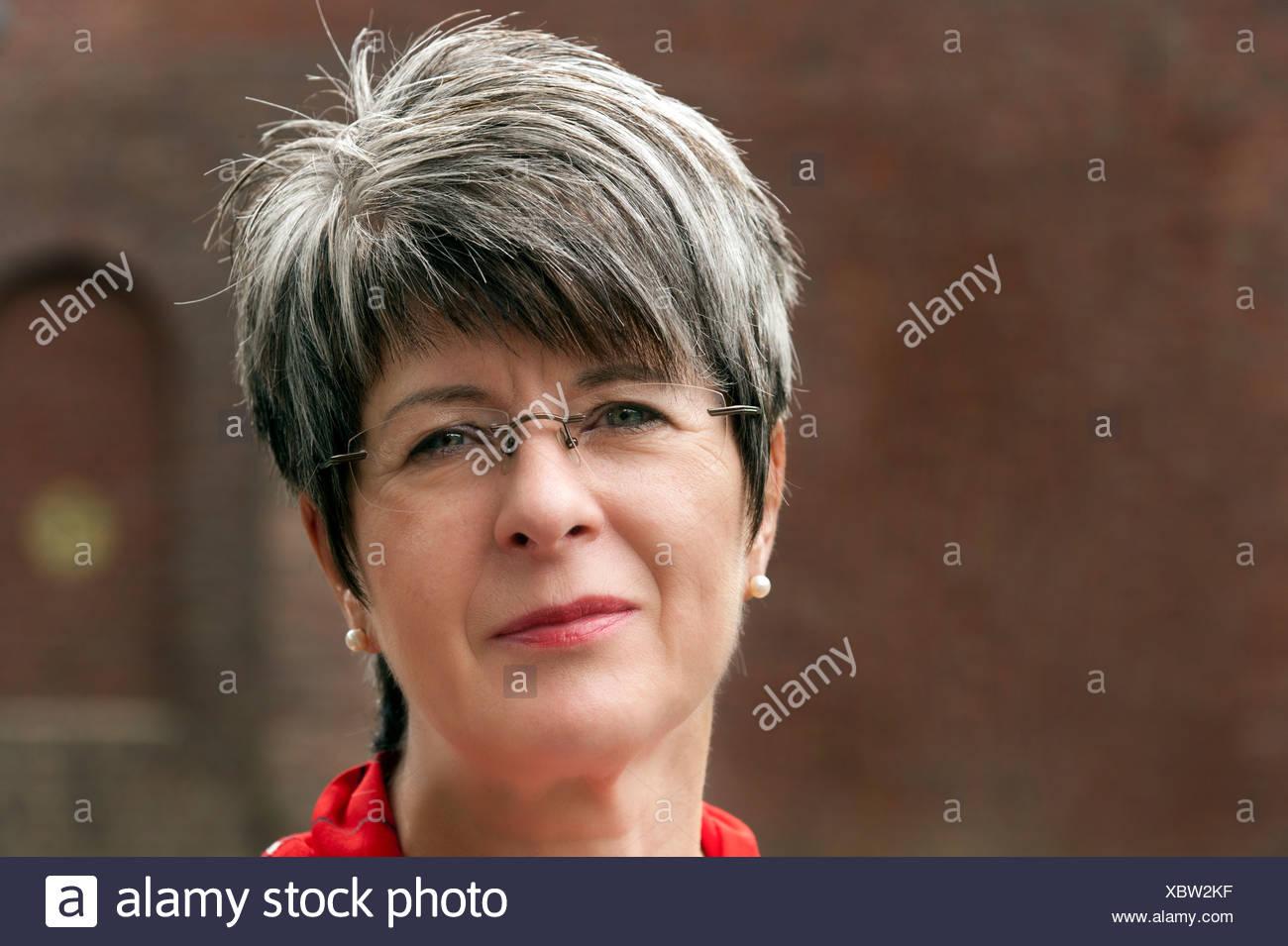Frau 50 Mit Kurzen Grauen Haaren Und Brille Porträt Stockfoto
