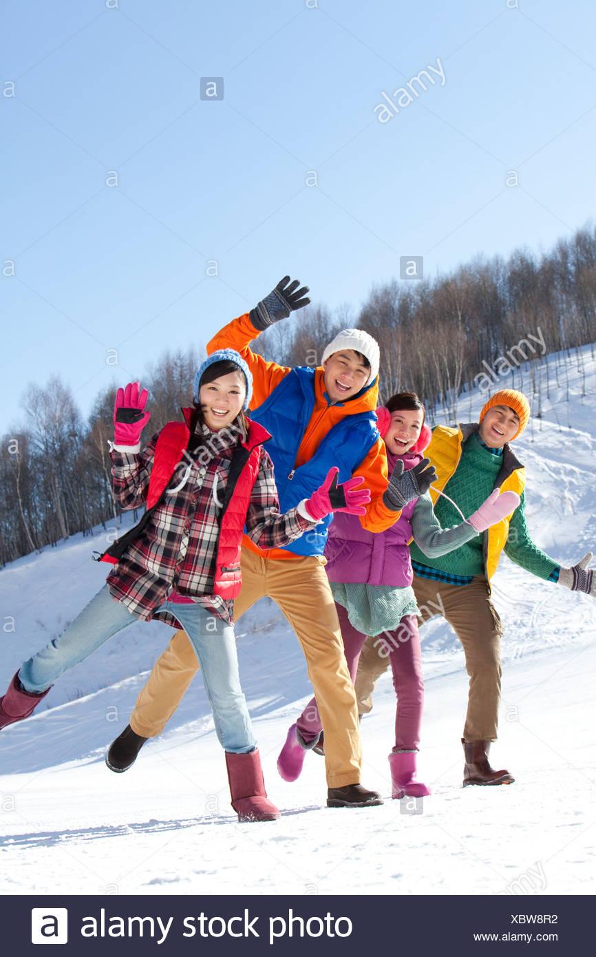 Glückliche junge Menschen im Skigebiet Stockbild