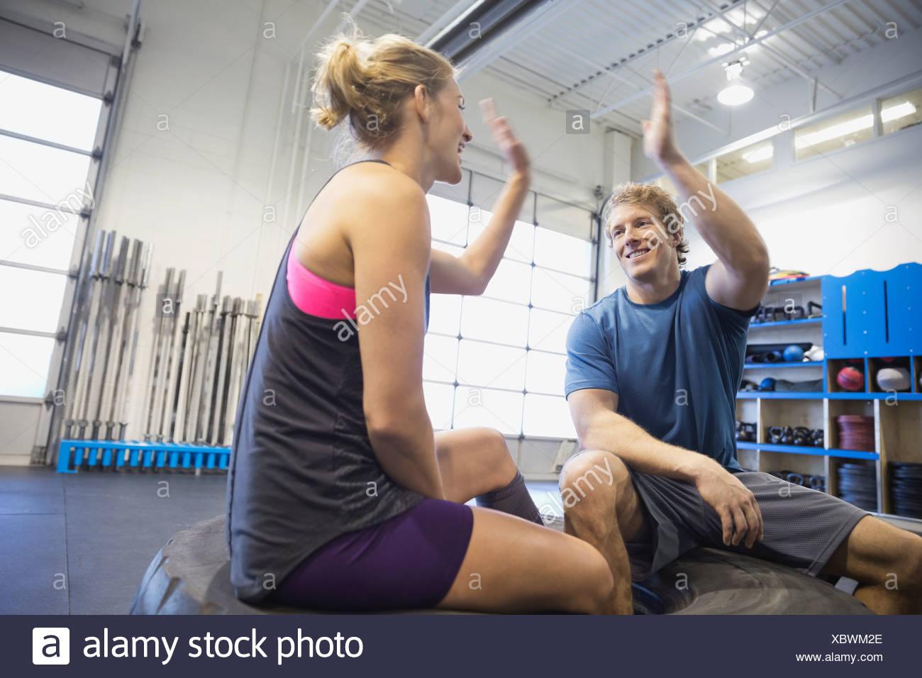 Sportler geben hohe fünf in Turnhalle Stockbild