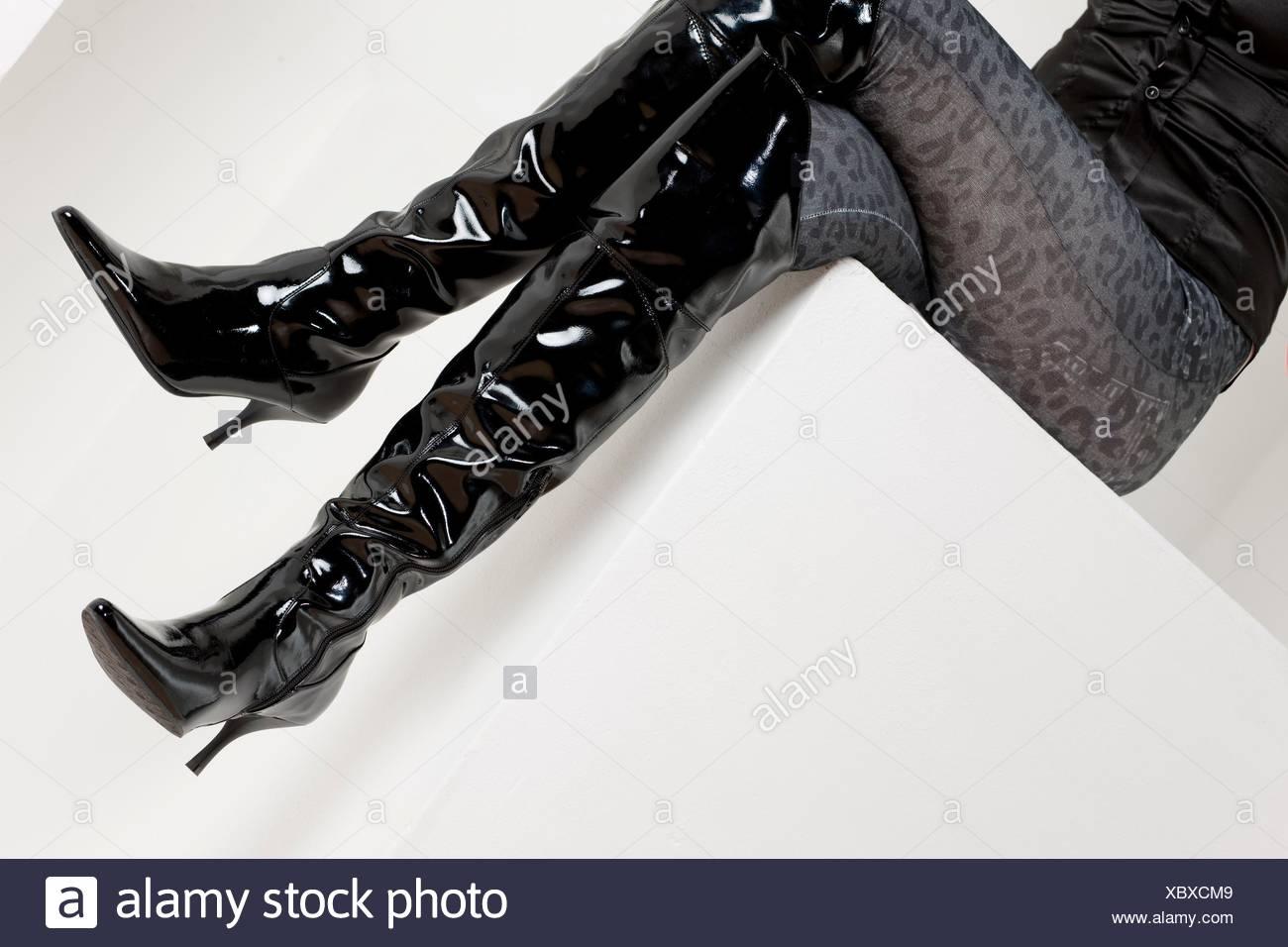 02c6146e44 Details der Sitzung Frau das Tragen modischer Stiefel Stockfoto ...