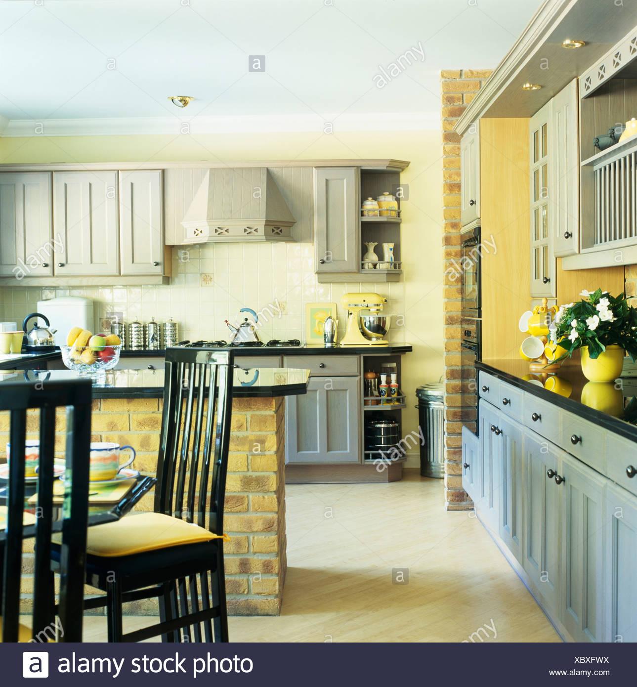 Tall Rückseite Schwarz Stühle Am Tisch In Gelbe Küche Esszimmer Mit