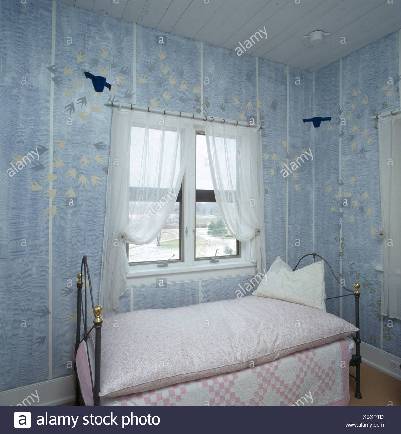 Blaue Tapete in den achtziger Jahren mit Patchwork Quilt und ...