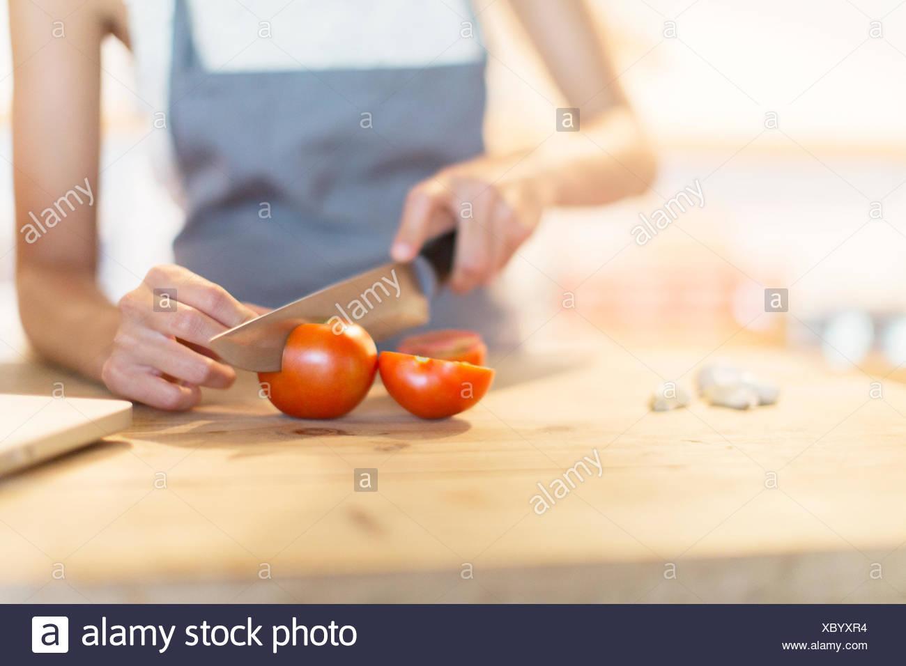 Frau Hacken Gemüse in der Küche Stockbild