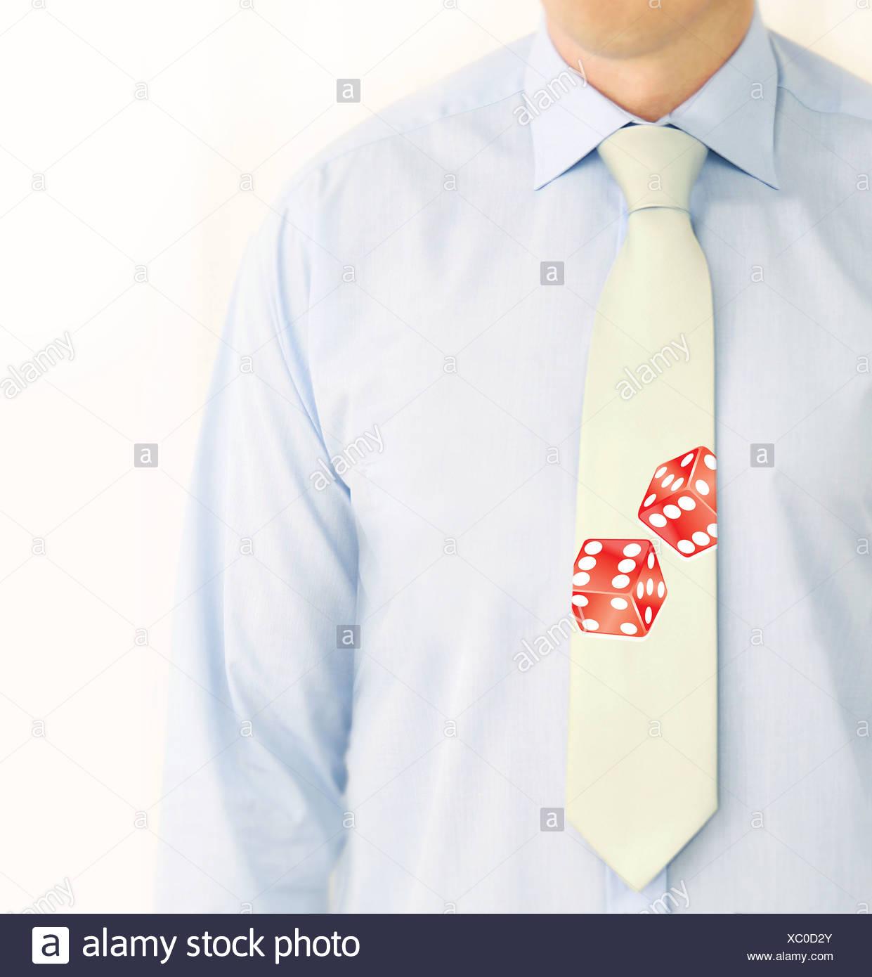 ein Geschäftsmann mit Würfeln auf seine Krawatte Stockbild