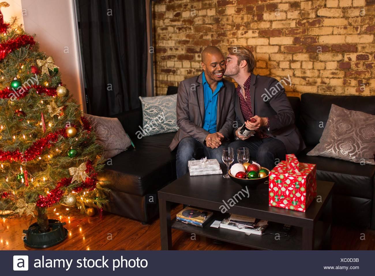 Männlichen Partner Weihnachten zu feiern, junger Mann mit partner ...