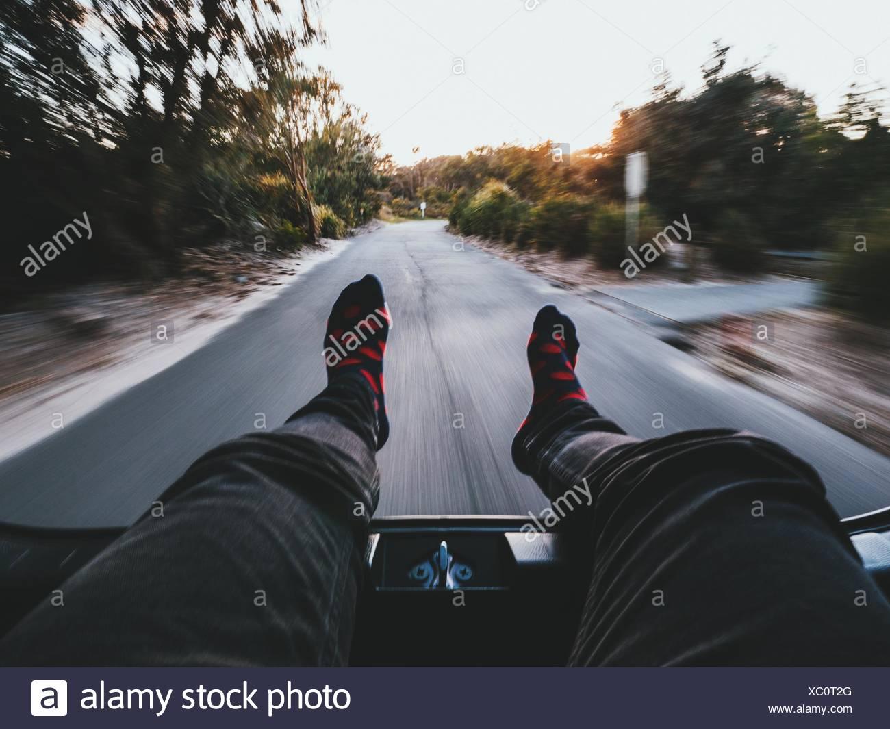 Niedrige Teil der Person Entspannung In Bewegung Auto unterwegs Stockbild