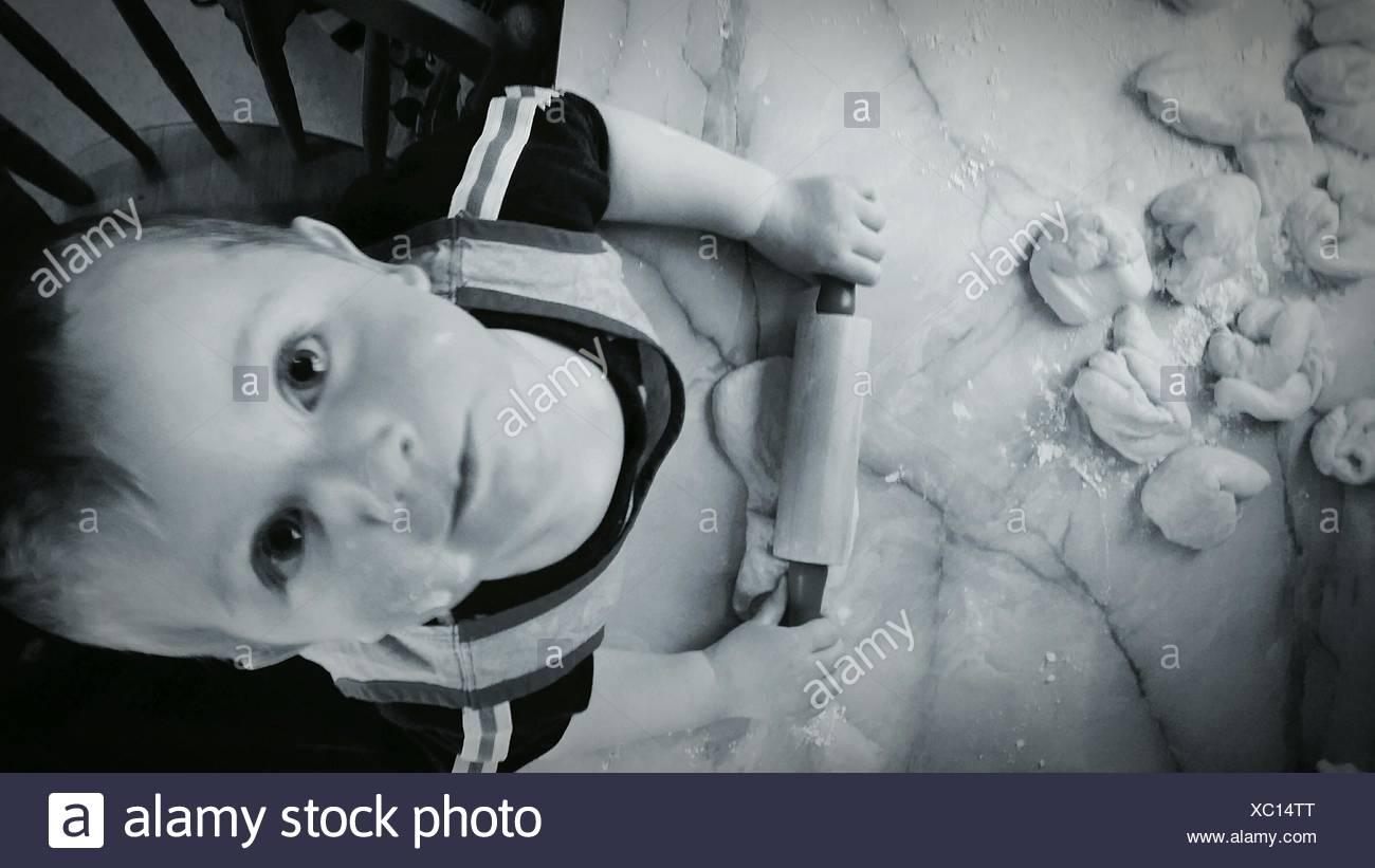 Niedliche Baby Backen In Küche Stockbild