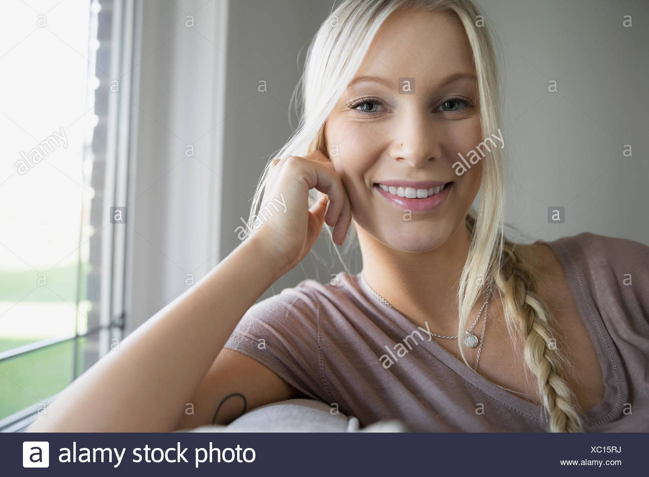 Porträt lächelnde blonde junge Frau Stockbild