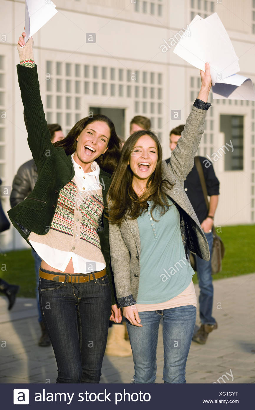 Junge Studenten feiern Prüfungsergebnisse Stockbild