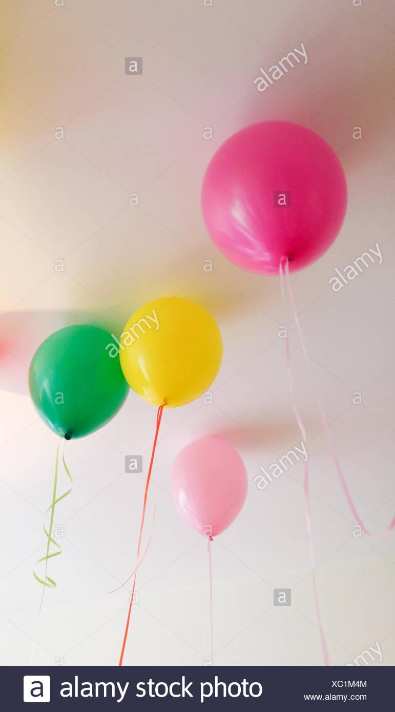 Niedrigen Winkel Ansicht von bunten Luftballons gegen die Decke zu Hause Stockbild