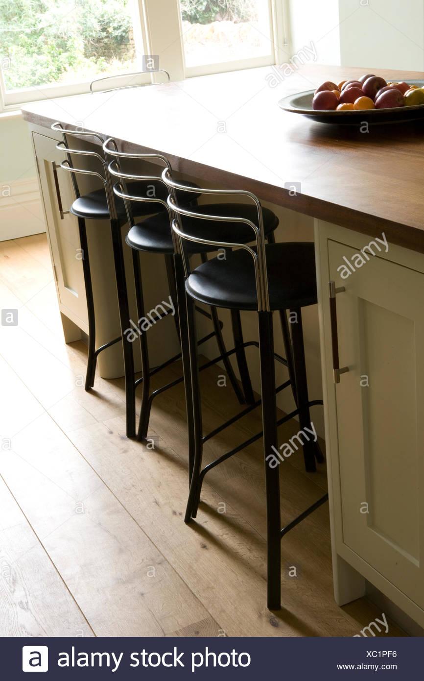 Hocker Im Fruhstucks Bar Im Landhaus Kuche Stockfotografie Alamy