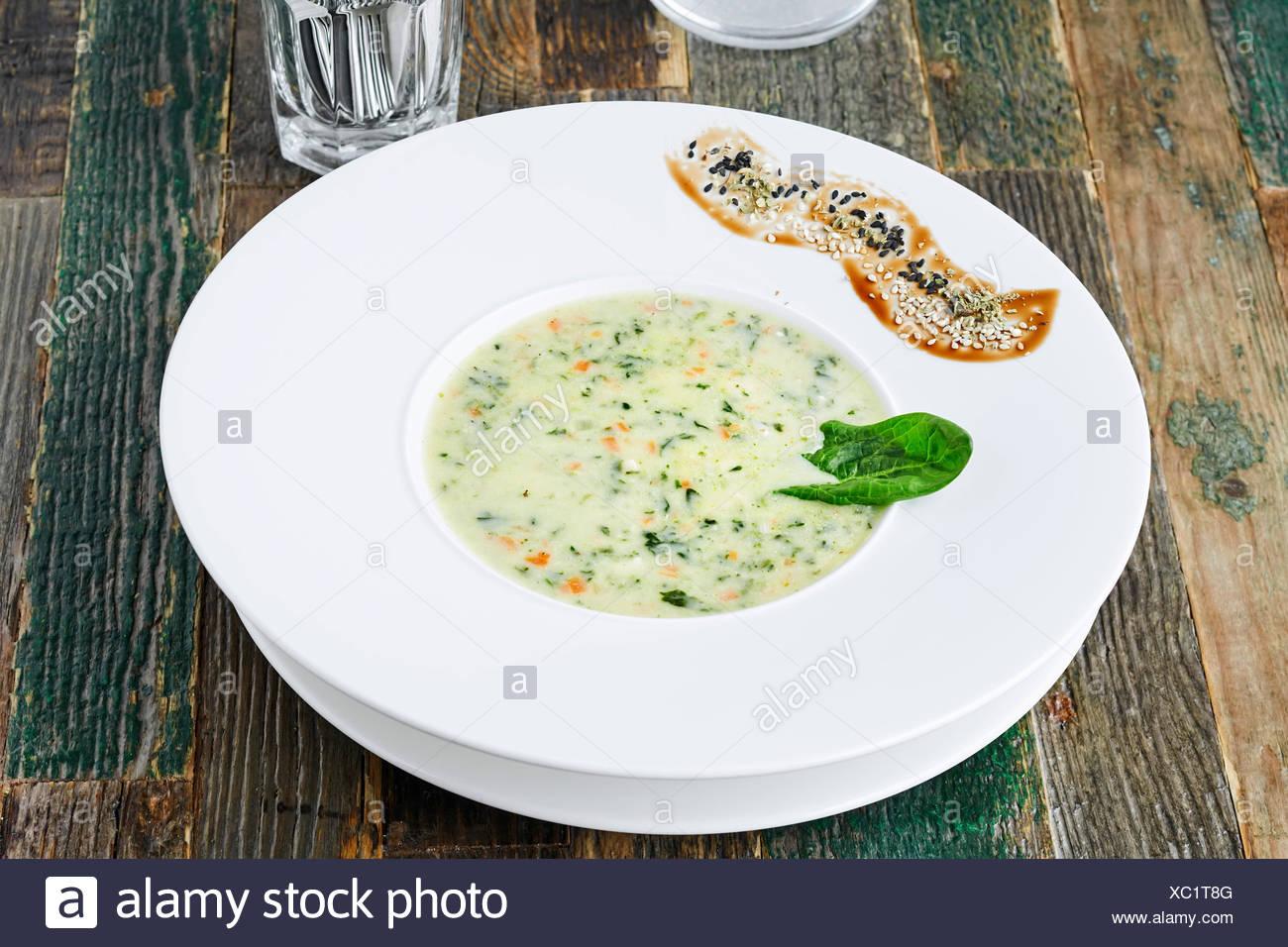 Zucchini-Suppe auf Holztisch, horizontale erschossen Stockbild