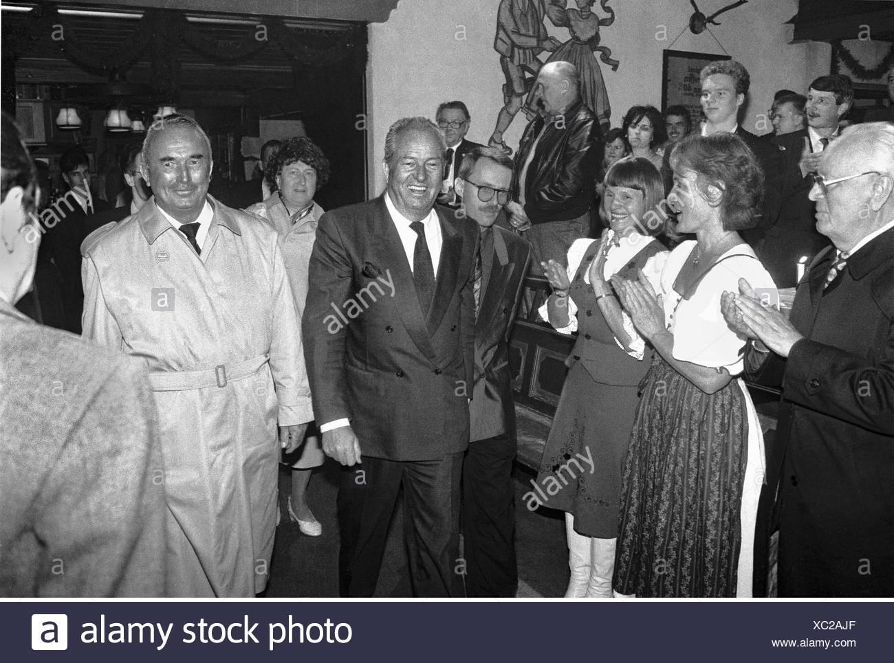 Le Pen, Jean-Marie, * 20.06.1928, französischer Politiker (Front National), halbe Länge, mit Johanna Grund, Franz Schoenhuber, während der einwöchigen Seminar der Europa Anteil beider Parteien, Abschlussveranstaltung, Bad Reichenhall, 5.10.1989, Additional-Rights-Spiel-NA Stockbild