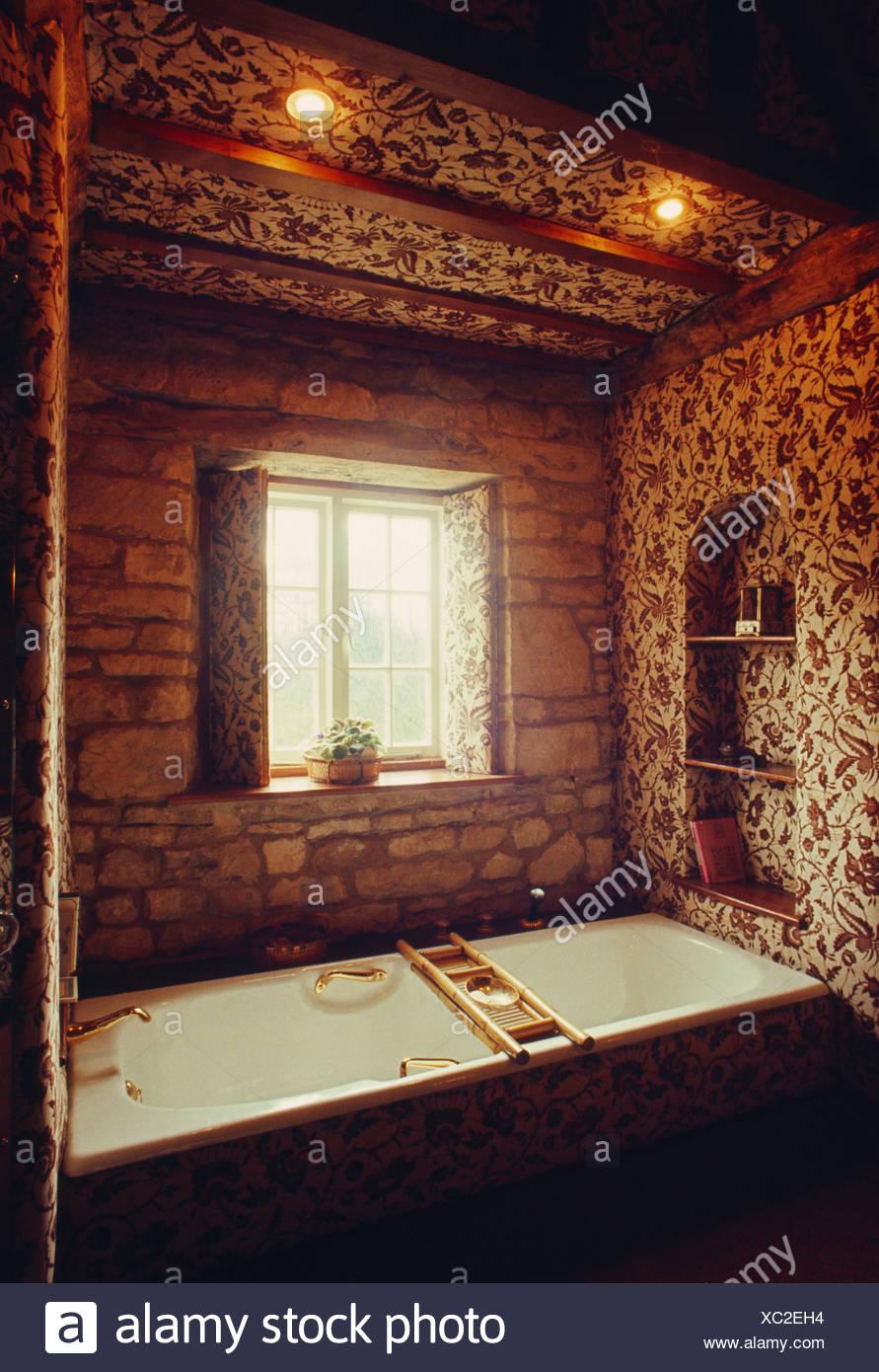 Bad unter Fenster und Strahler 70er Jahre Badezimmer mit braun weiss ...