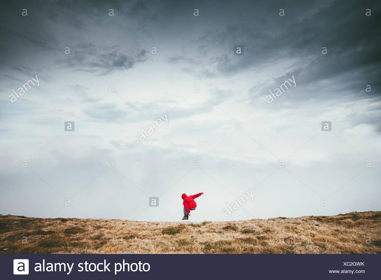 Mann springt Stockbild