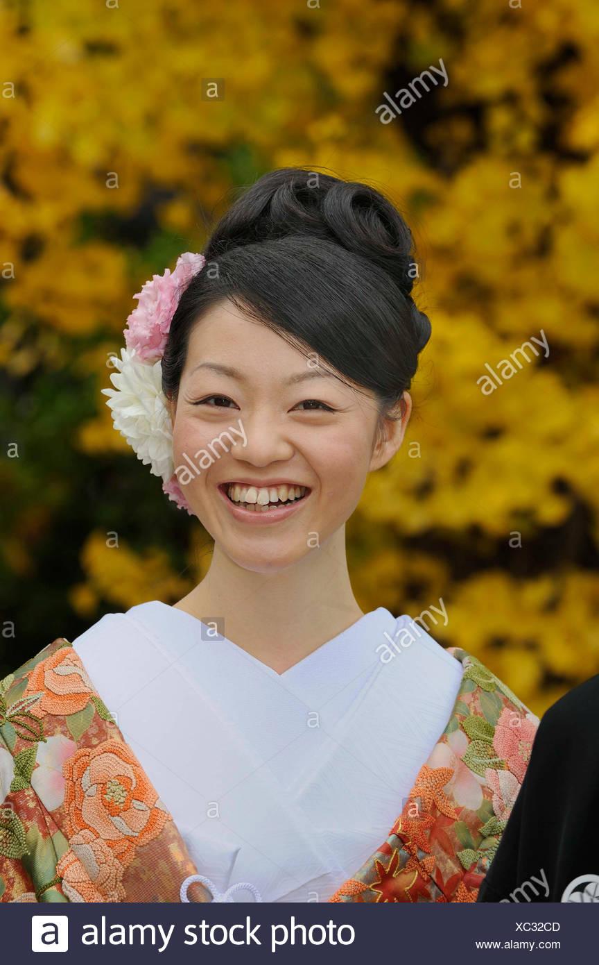 Japanische Frau Tragt Einen Kimono Fur Den Fruhling Mit Einem Kimono