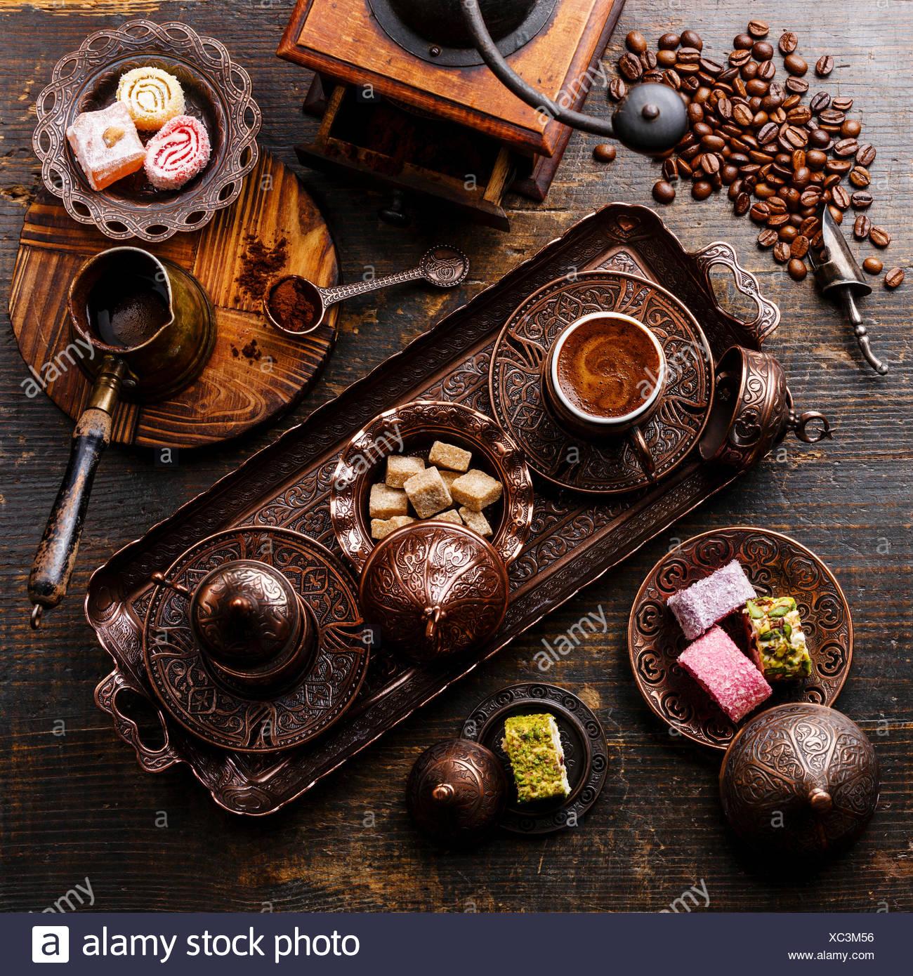 Kaffee-Ost und Turkish Delight auf Kupfer Tablett auf hölzernen Hintergrund Stockbild