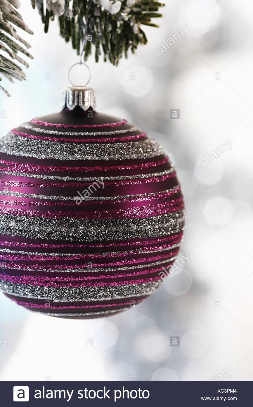 Weihnachtskugel hängen an Tanne Zweig, Nahaufnahme Stockbild