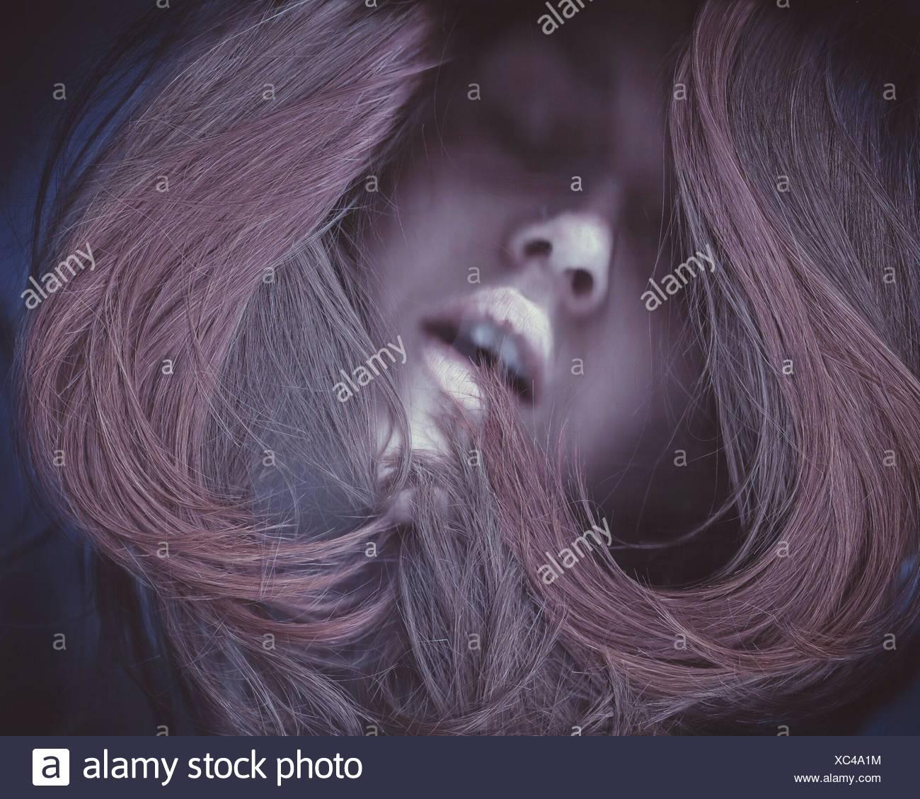 Nahaufnahme von Frau mit gefärbten Haaren Stockbild