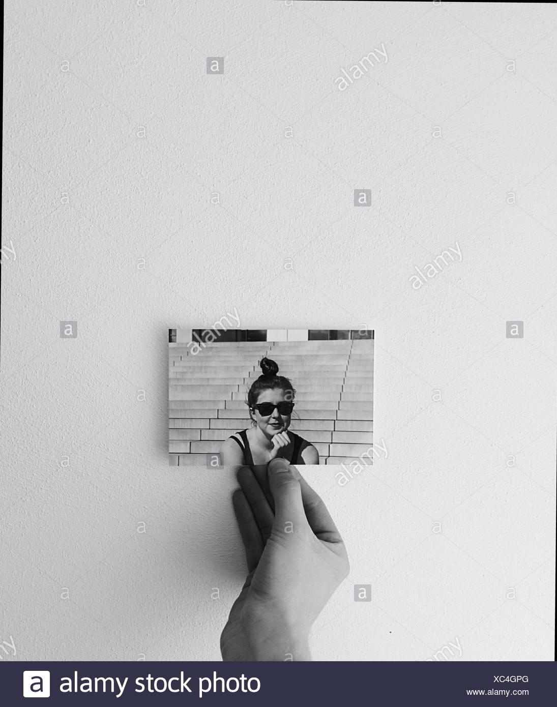 Nahaufnahme von Hand mit Foto einer Frau Stockbild