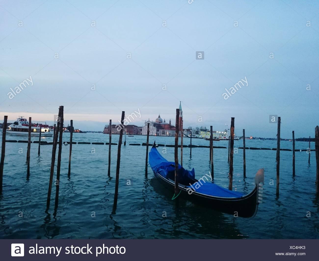 Boot im Meer gegen Himmel festgemacht Stockbild