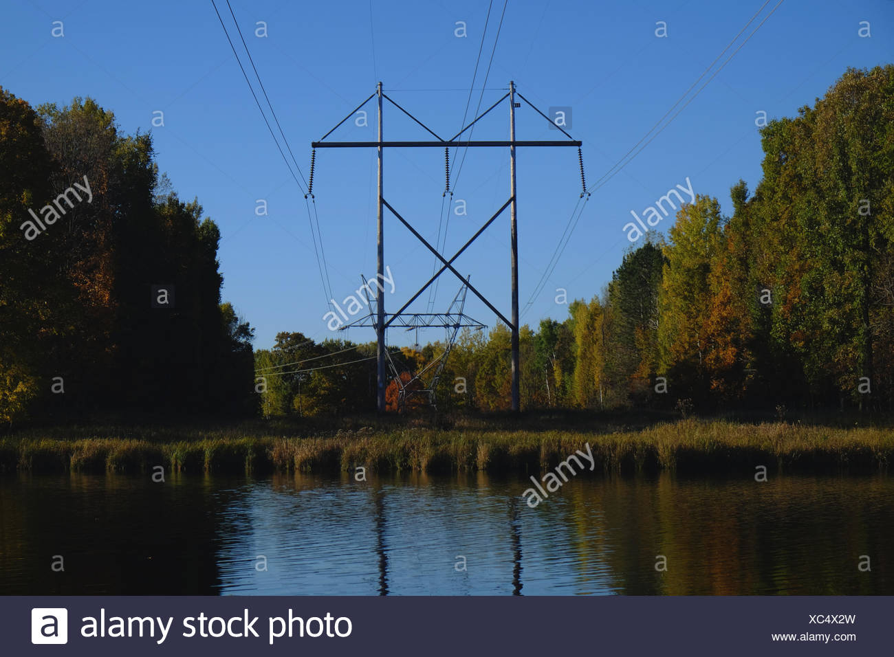 Leitungen über einen schmalen Kanal am See Du Bay in einer klaren Herbsttag. Stockbild
