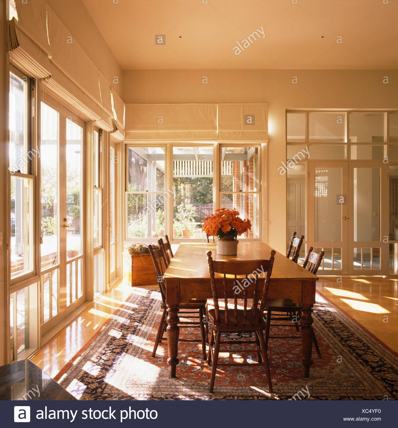 altes holz tisch und antike st hle in gro en modernen wei esszimmer mit franz sischen fenstern. Black Bedroom Furniture Sets. Home Design Ideas