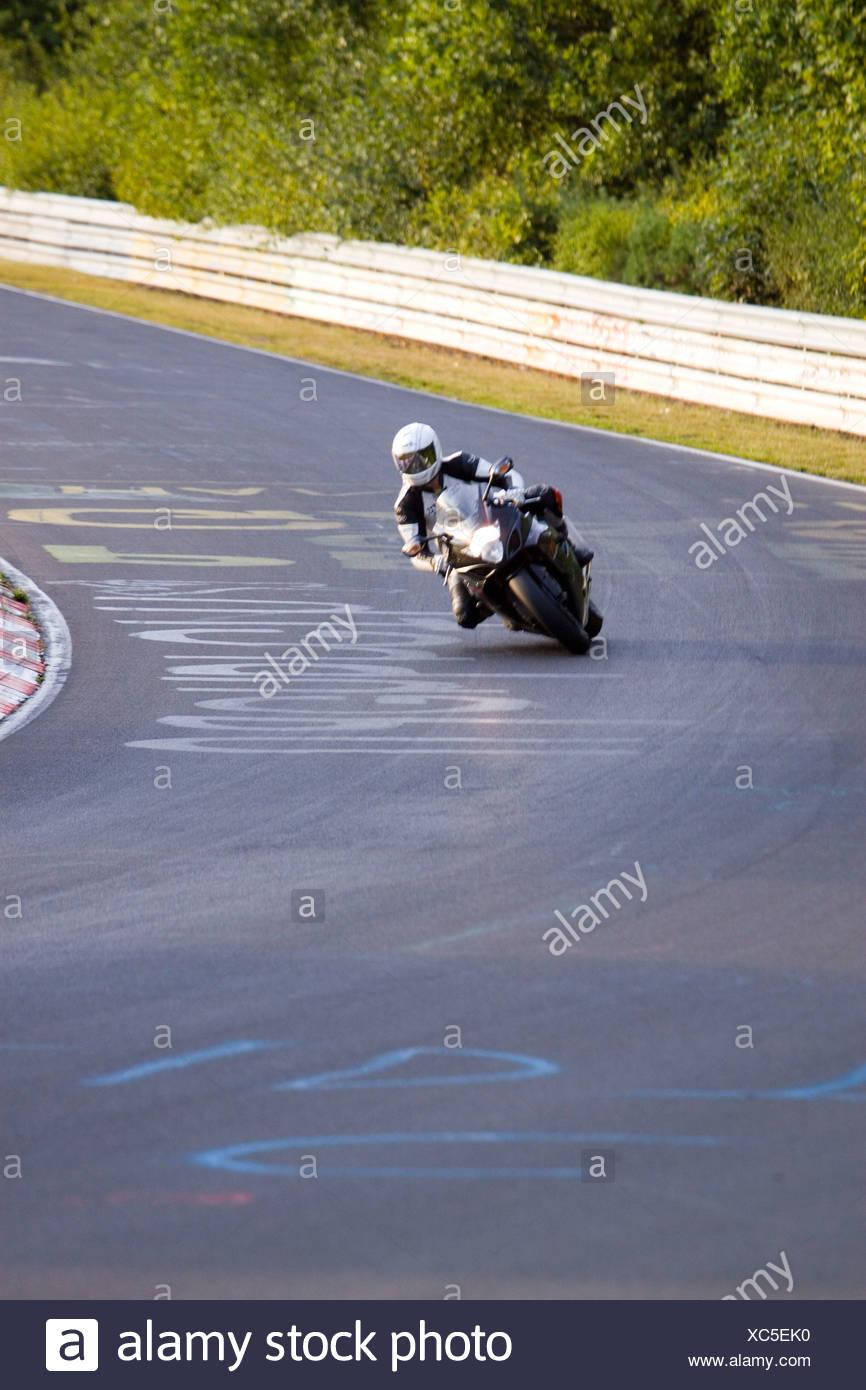 Deutschland, Nürburgring, Nordschleife, Mann Motorrad auf der Rennstrecke Stockbild