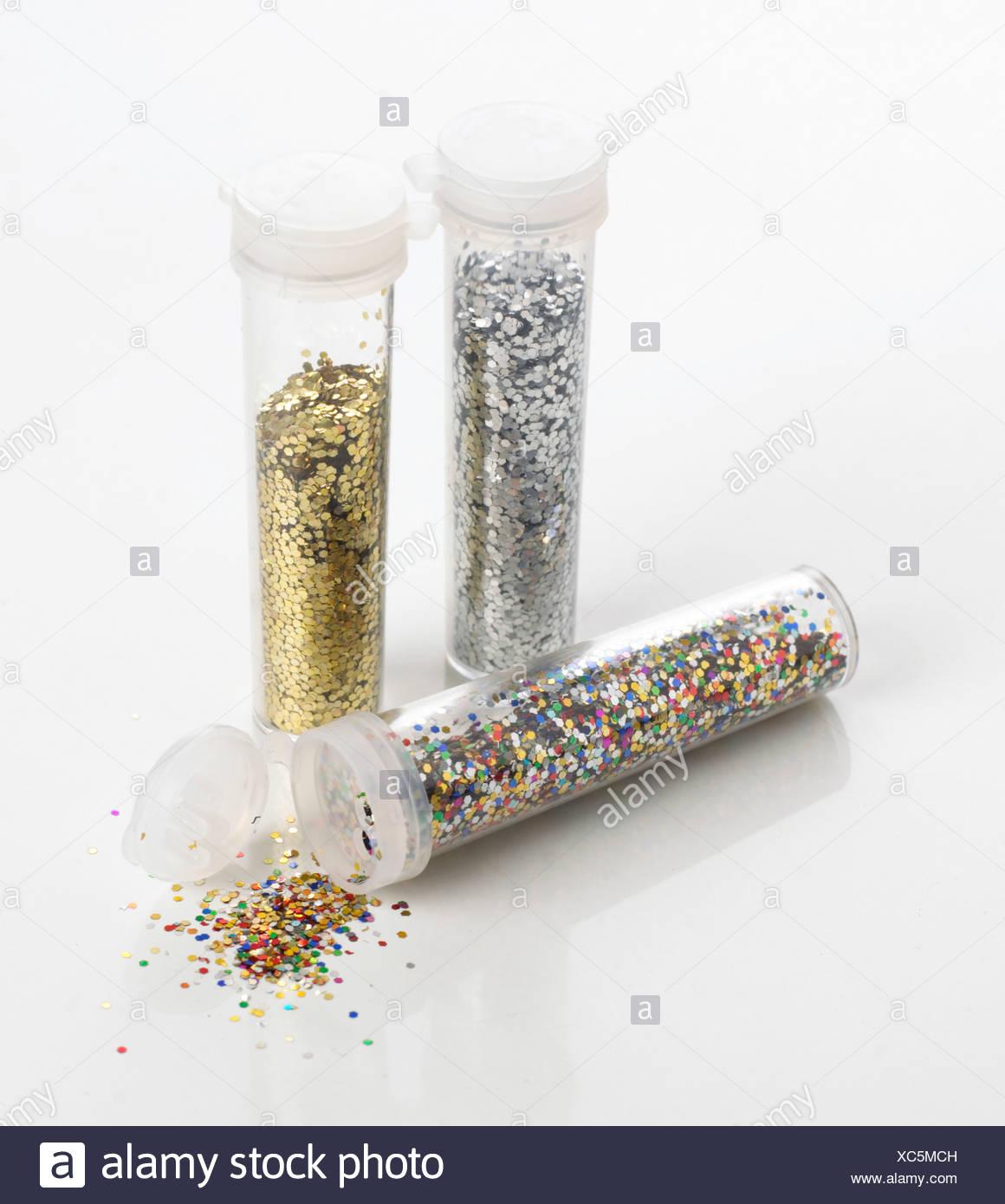 Farbige Glitter, Gold-Glitter und Silber Glitter in Kunststoffrohren. Stockbild