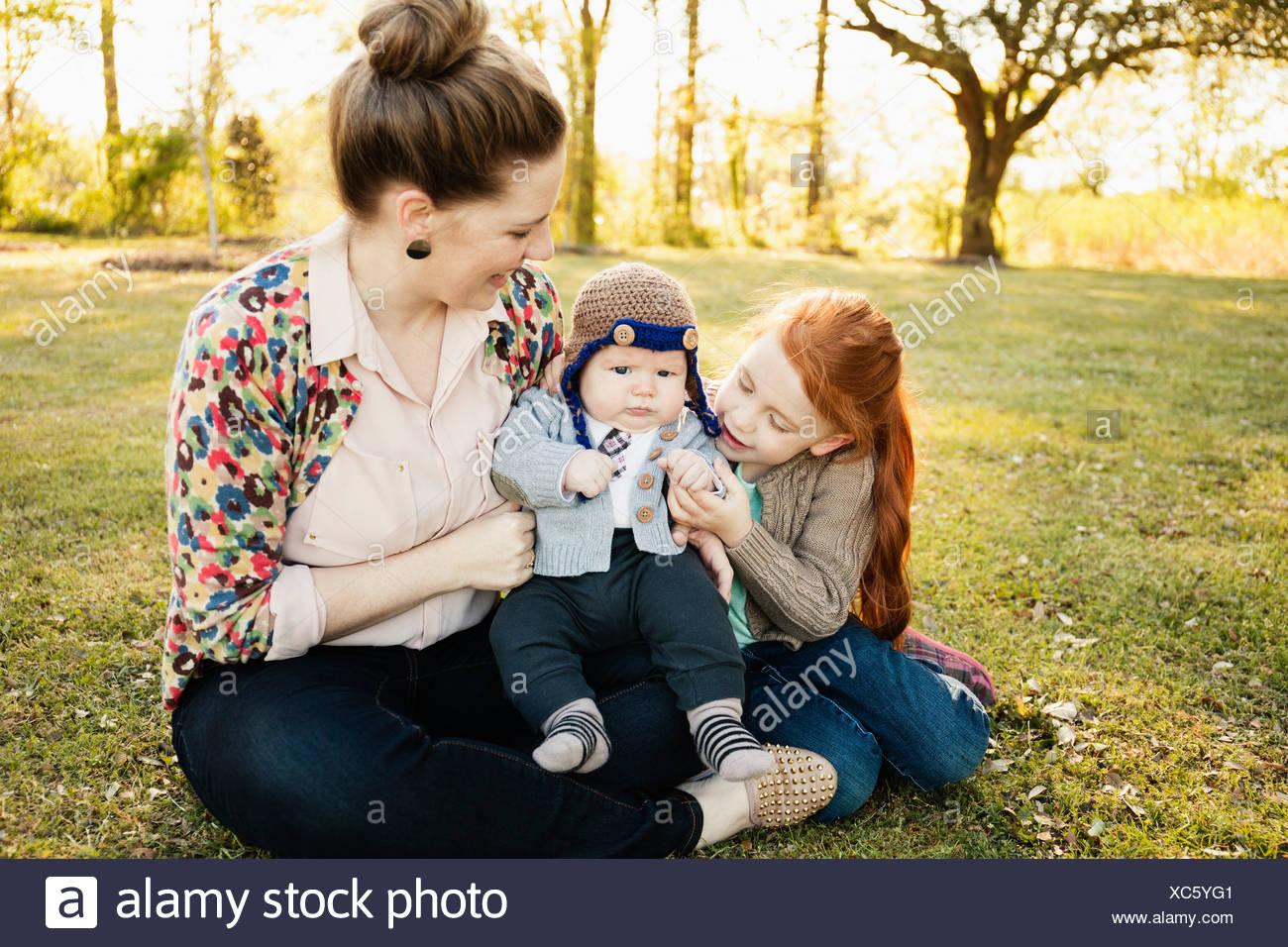 Mitte Erwachsene Mutter, Tochter und Baby Sohn im park Stockbild