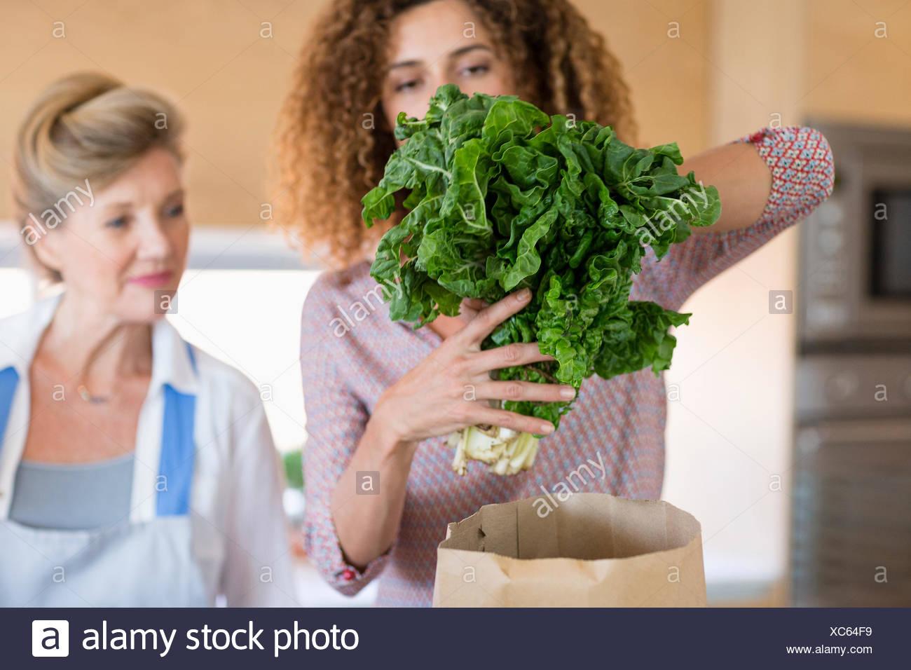 Ältere Frau mit Tochter in der Küche Stockbild