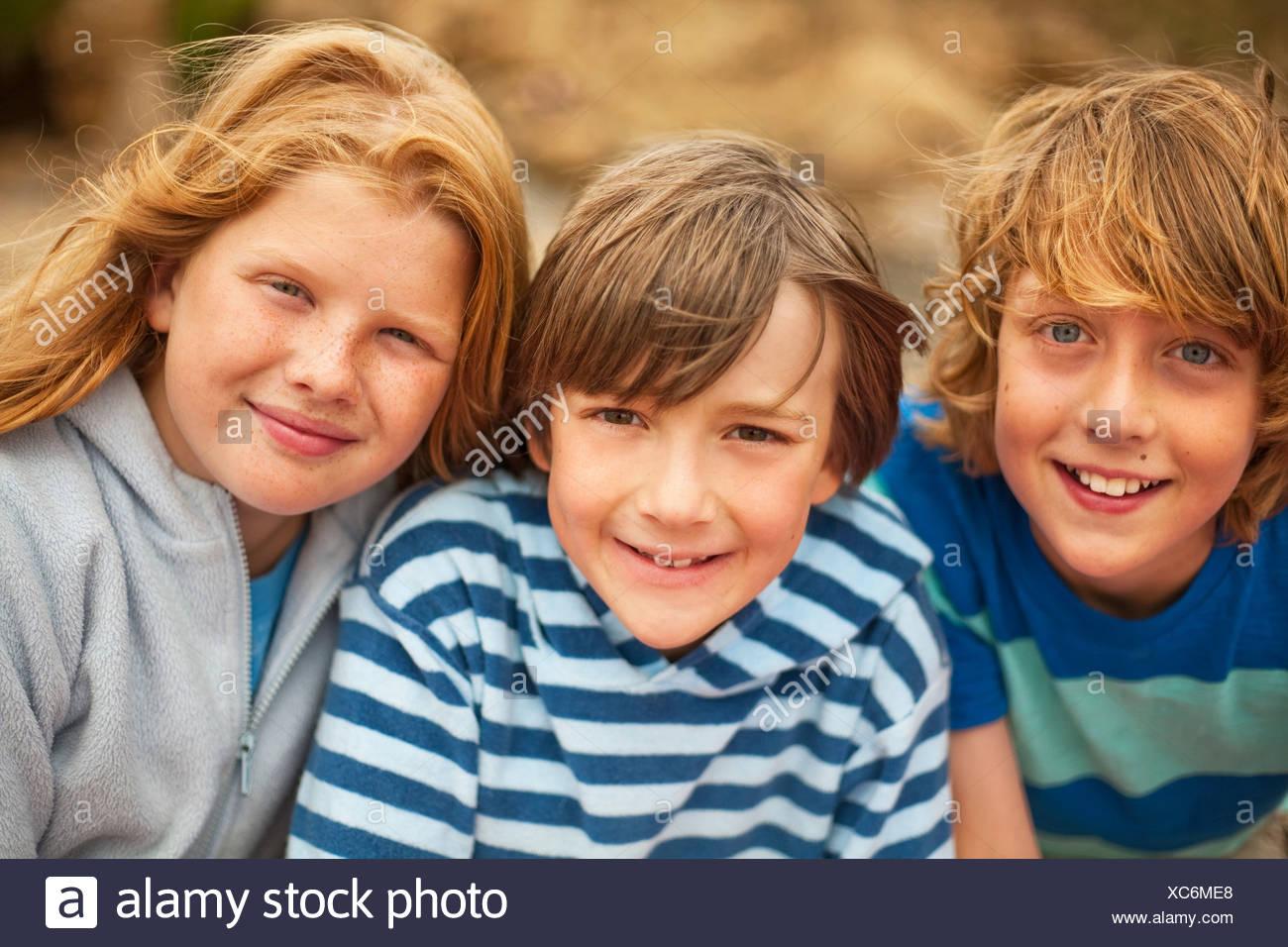Porträt von drei Freunden, die in die Kamera Lächeln Stockbild