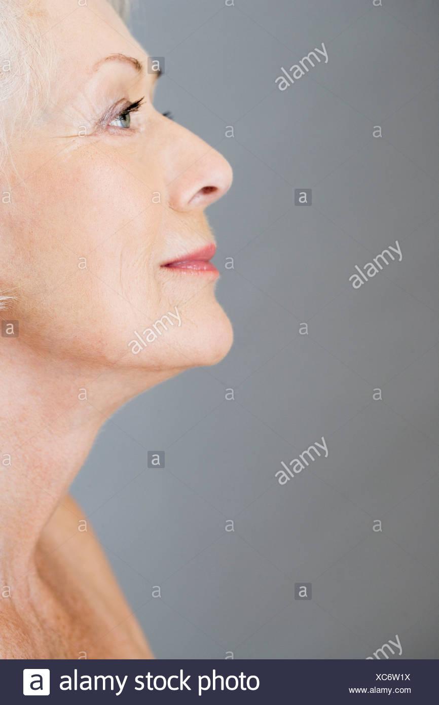 Ein Profilbildnis einer attraktiven älteren Frau Stockbild