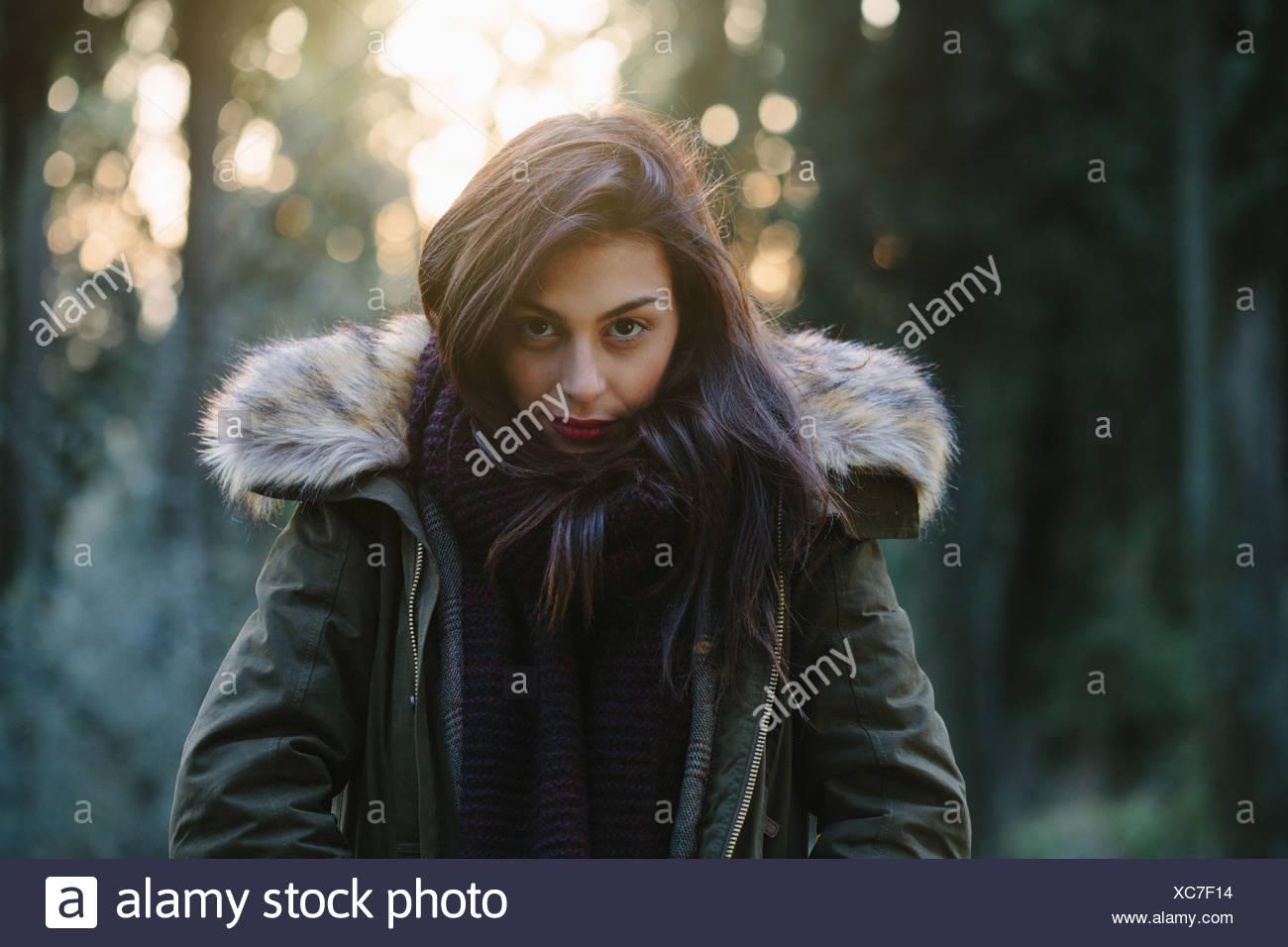 Porträt von attraktiven jungen Frau im Wald Stockbild