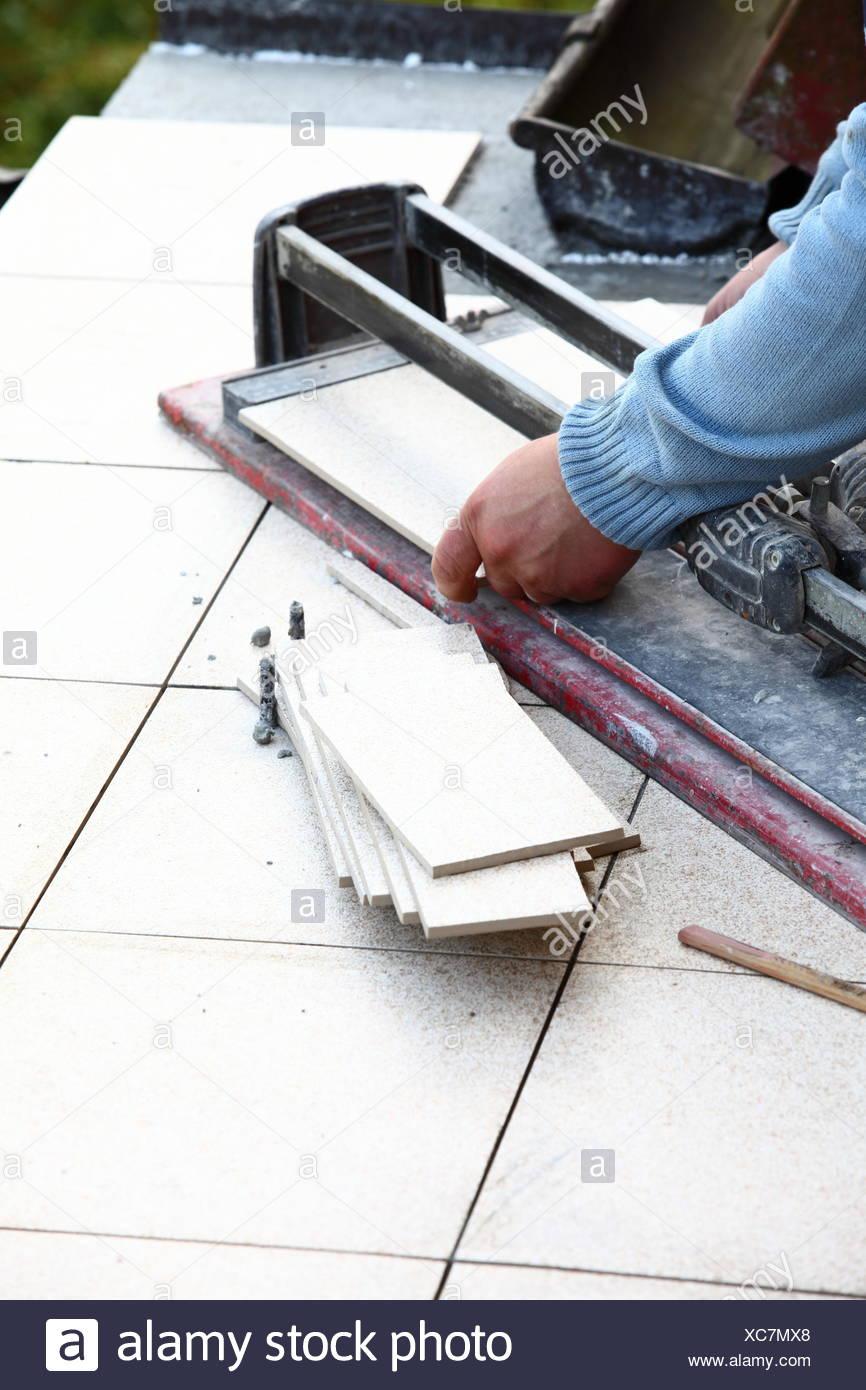 mann schneiden fliesen von cutter arbeitskraft stockfoto, bild