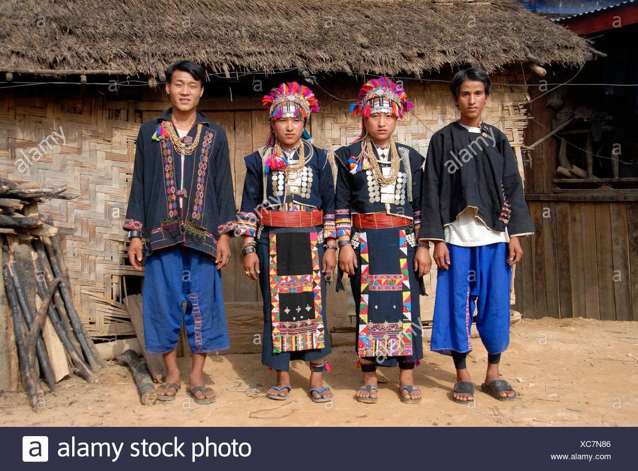 Junge Männer und Frauen von der Akha Lom ethnische Gruppe tragen bunte Trachten, Ban Noy, Provinz Phongsali, Laos, Sout Stockbild