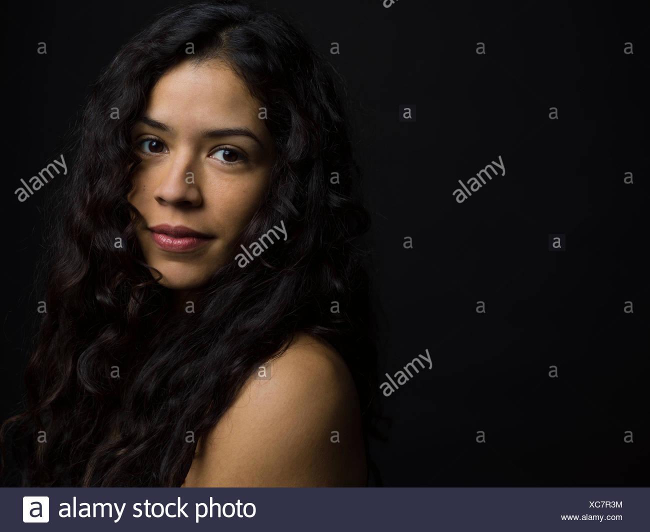 frauen mit langen schwarzen haaren nackt