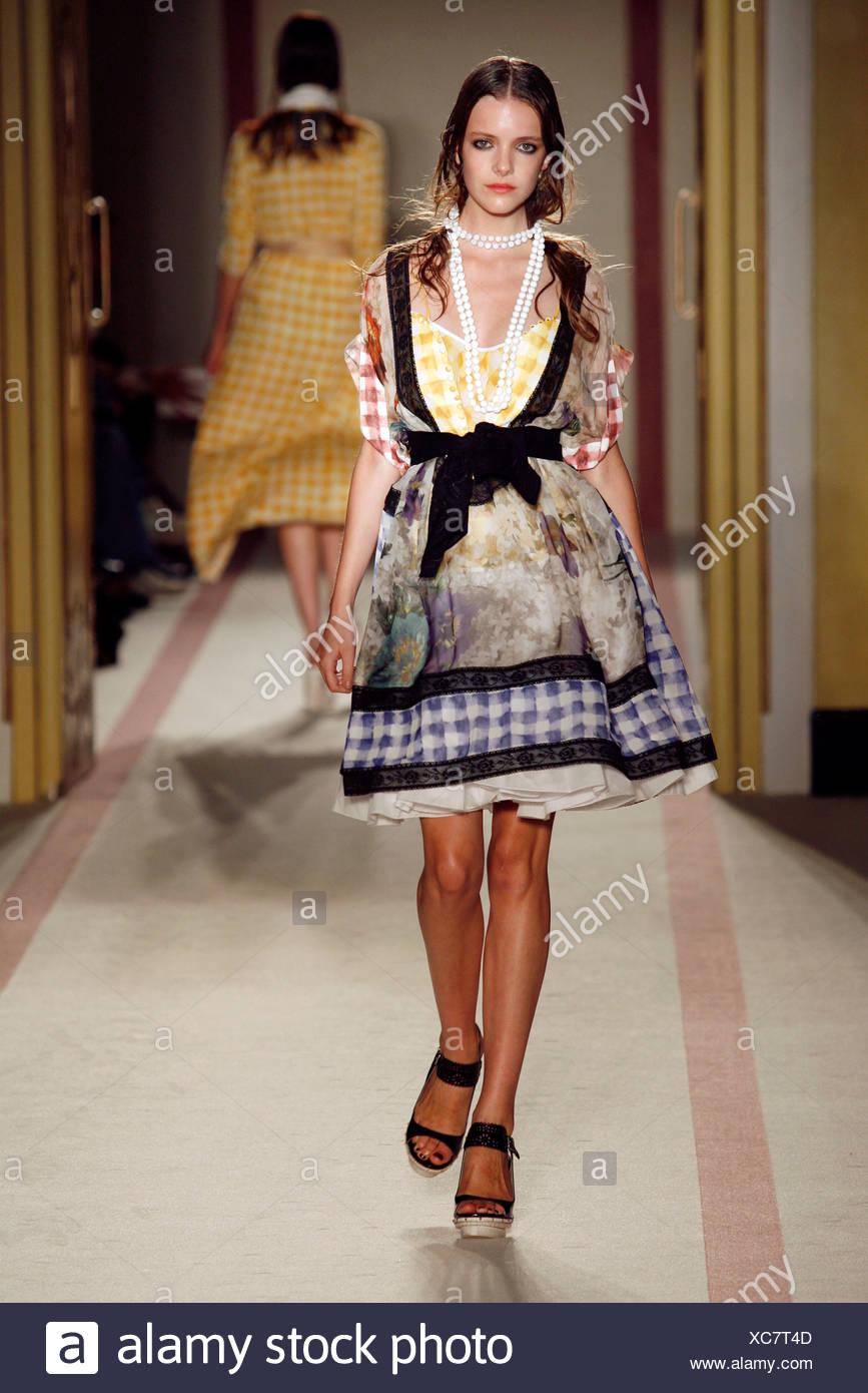 Model London Fashion Week Spring Summer Stockfotos & Model London ...