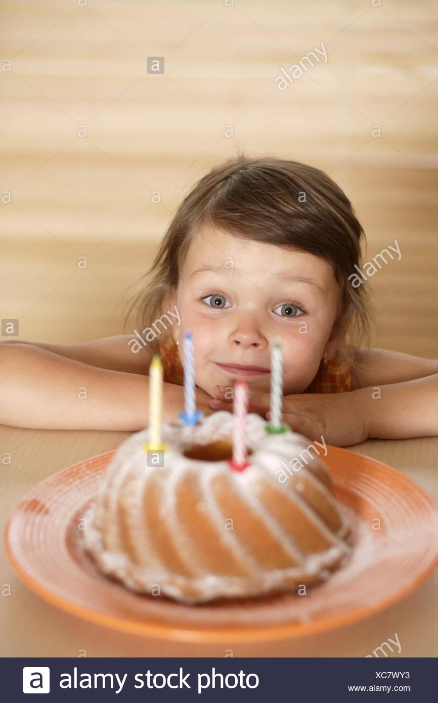 Kind Madchen Geburtstagstorte Glucklich Lacheln Feiern Tabelle
