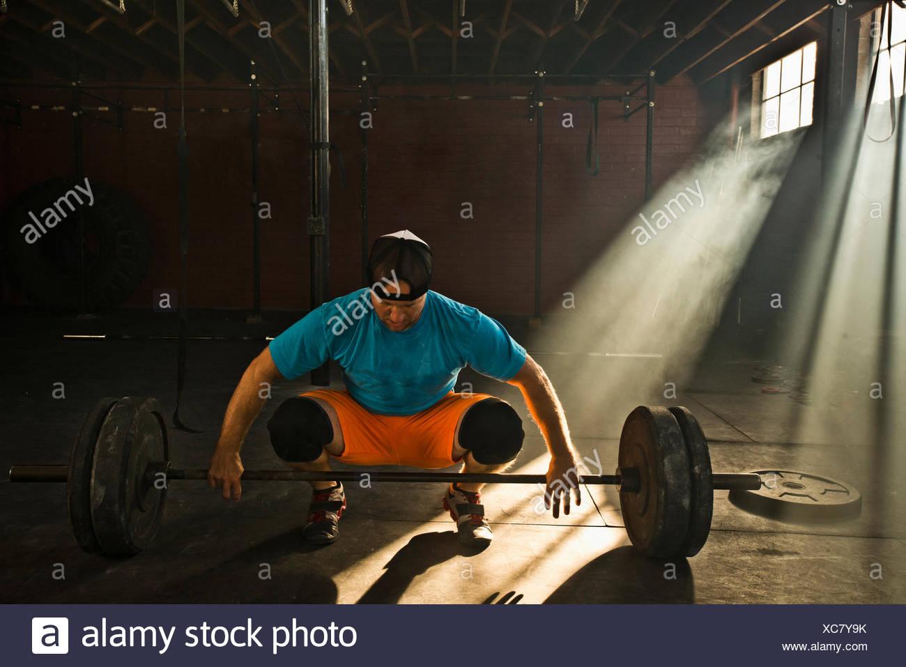 Ein männlicher Athlet bereitet sich auf Kreuzheben. Stockbild