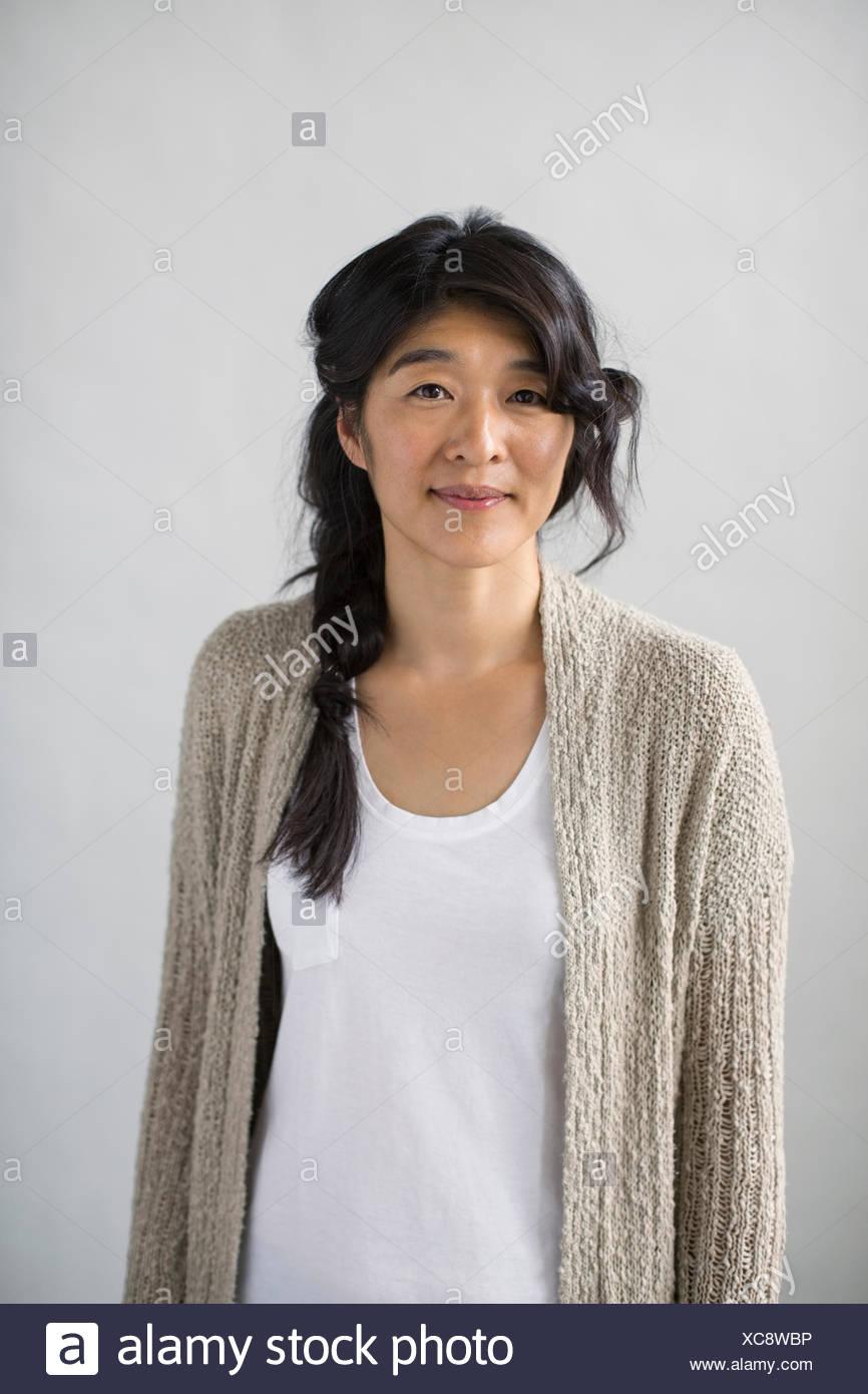 Porträt von casual Frau mit geflochtenen schwarzen Haaren Stockbild