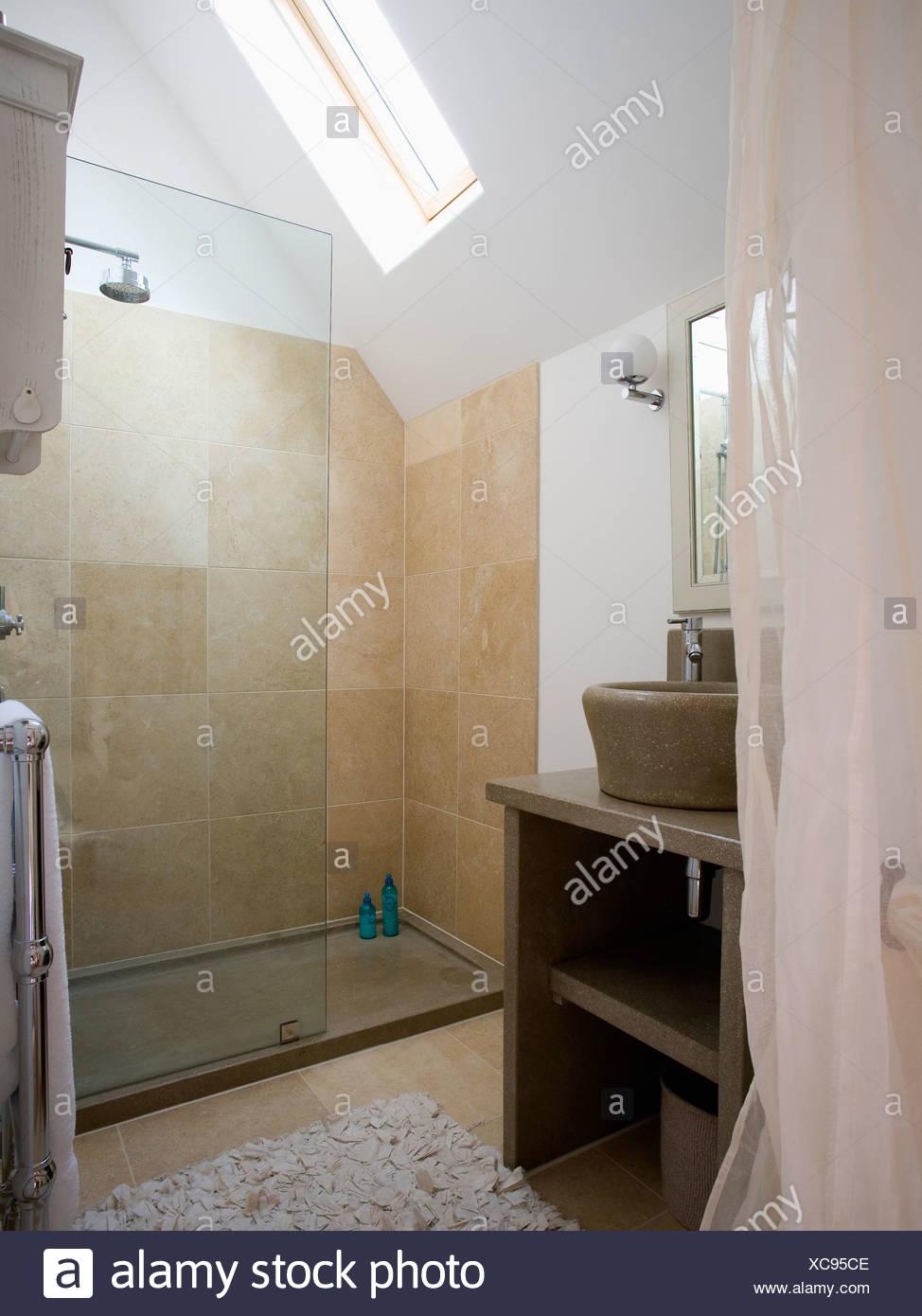 Glas-Trennwand auf große begehbare Dusche mit Beige Fliesen ...