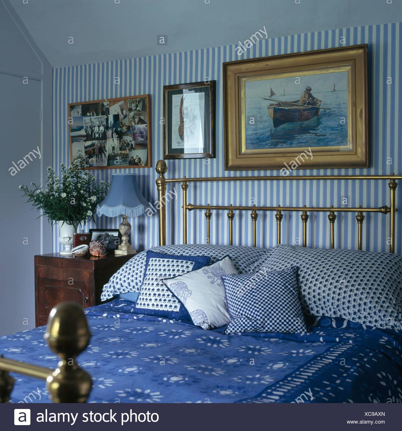 Relativ Bilder über Messingbett mit blauen + weiße Kissen und Bettdecke im PB78