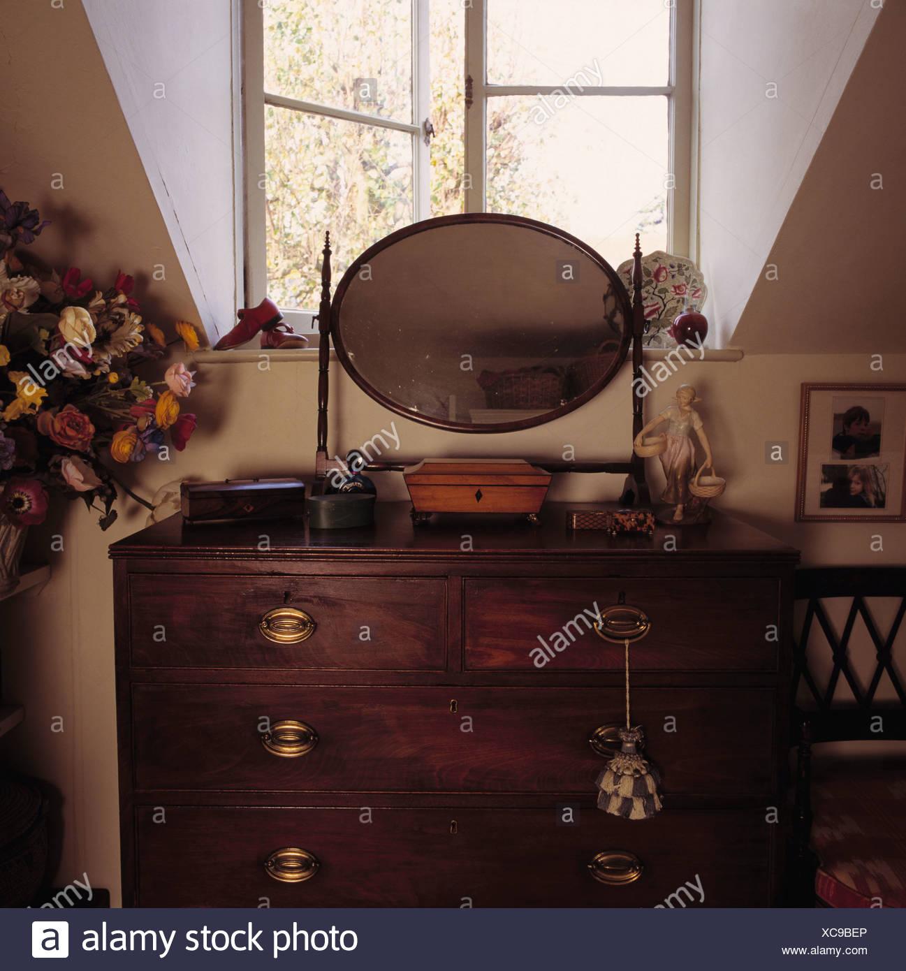 Nahaufnahme der Antike Kommode und Spiegel im Schlafzimmer ...