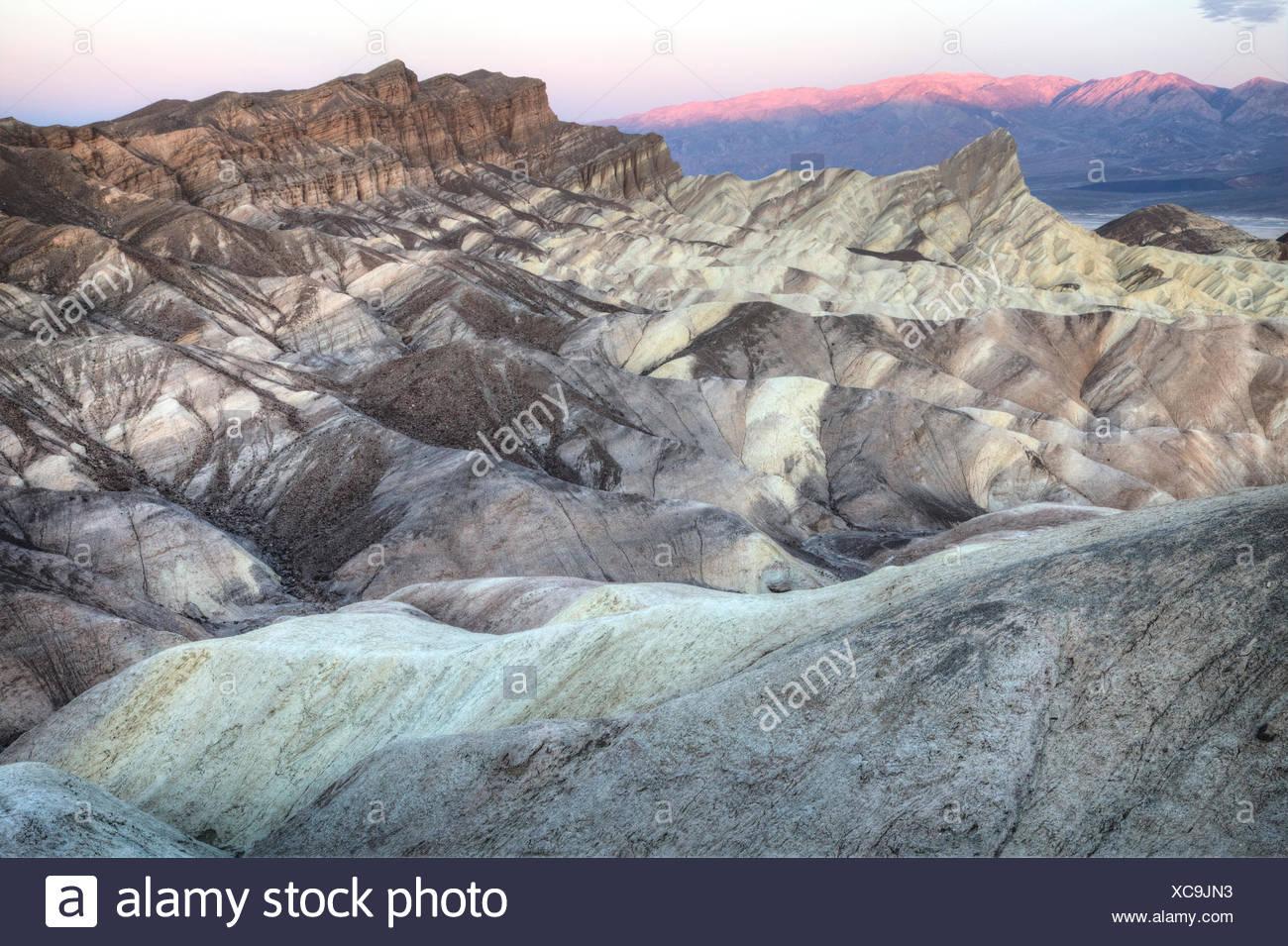 Die alte Seegrund und unverwechselbaren Vorgebirge von Manly Beacon Tagesanbruch. Verwitterung und Veränderung von Thermalwasser sind verantwortlich für die Vielfalt der Farben, die dort vertreten. Stockbild