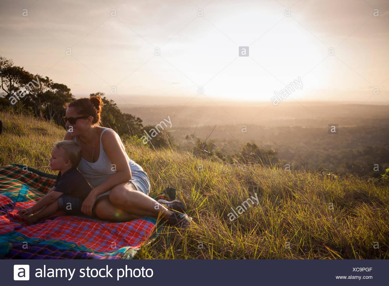 Mutter und Sohn in einem Feld in Kenia sitzen Stockbild